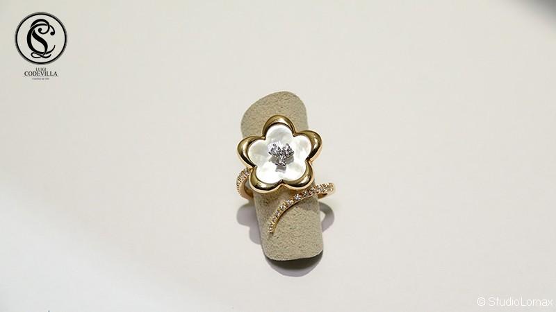 Anello a forma di fiore con madreperla