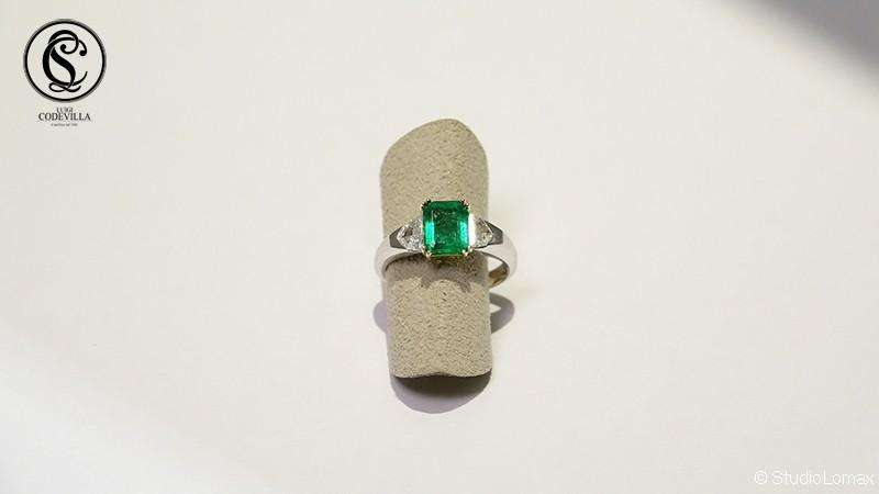 Anello in oro bianco con smeraldo centrale